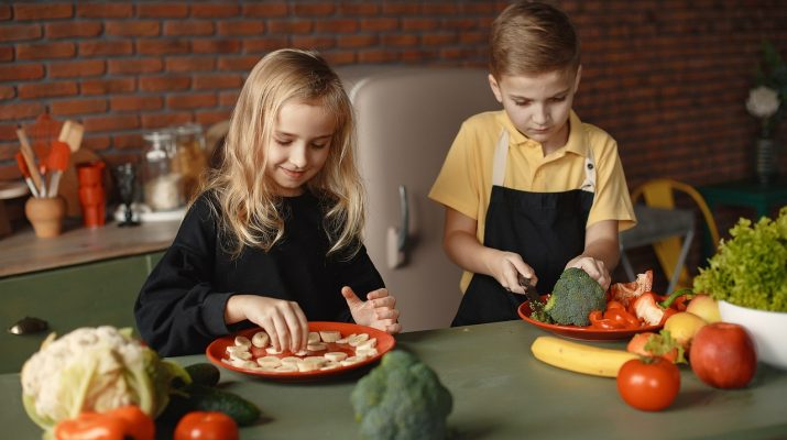 children 5626030 1280 715x400 - Helping Your Children Develop Healthy Eating Habits